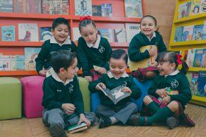 Niños del sagrado corazon leyendo en grupo