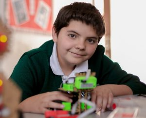 Alumno con piezas robóticas