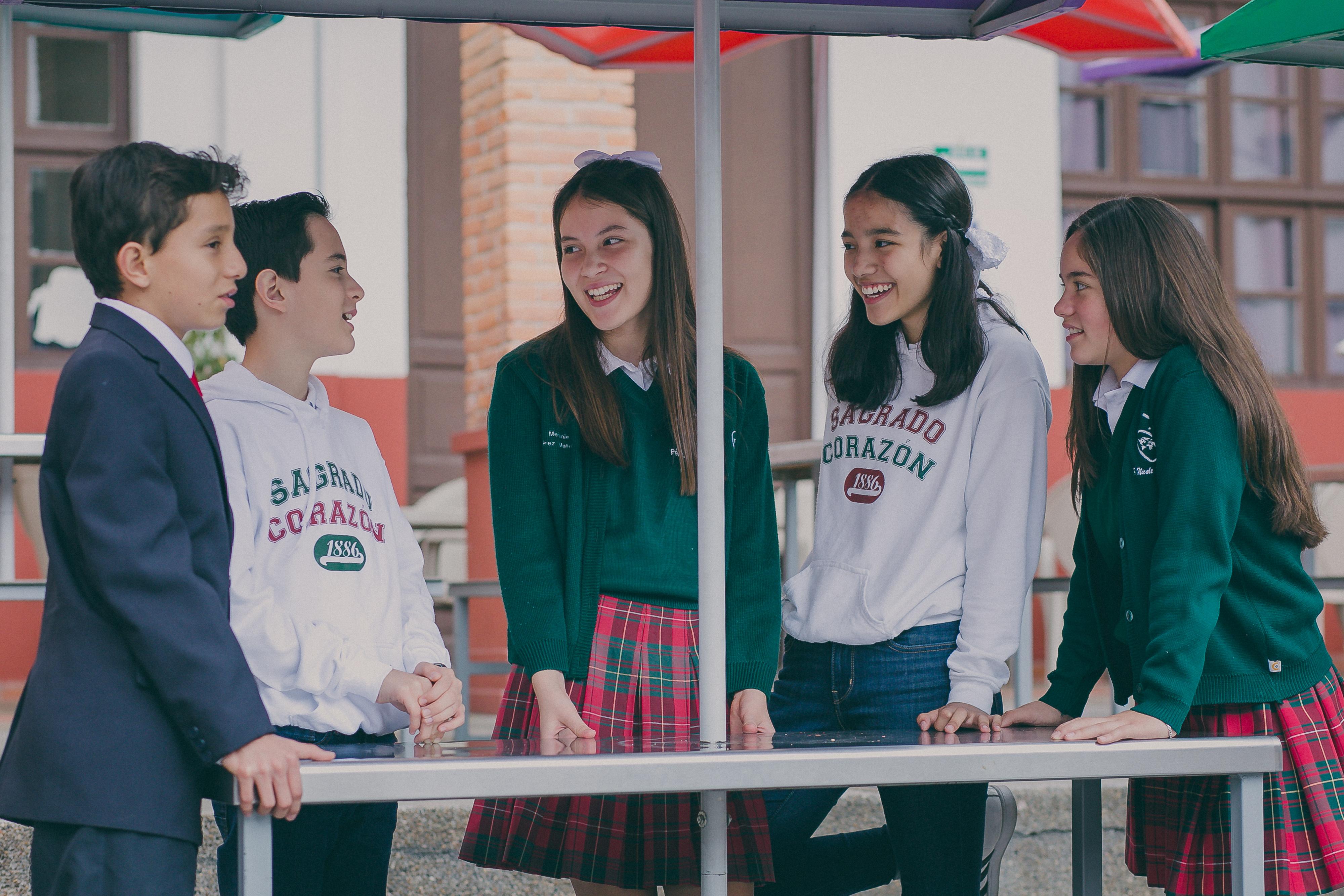 Alumnos de secundaria conversando