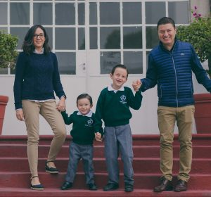 Familia con sus hijos en Sagrado Corazón