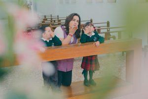 Maestra y alumnos enviando un beso al cielo